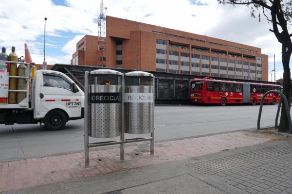 Así va la instalación de las nuevas canecas de Bogotá