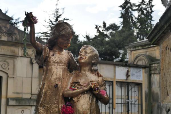 La escultura de las Hermanitas Bodmer en el Cementerio Central