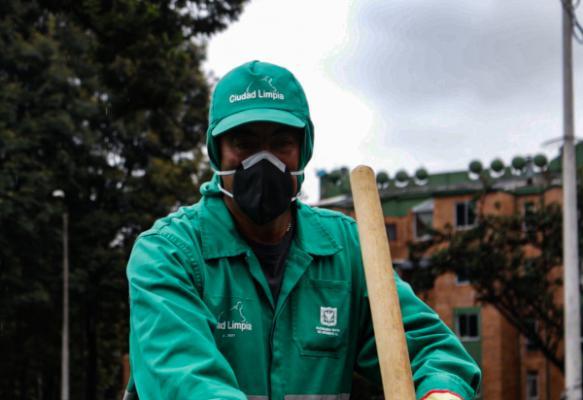 Operarios de aseo de Bogotá estrenan uniformes