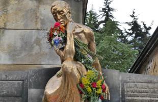 El fundador de Bavaria descansa  en el Cementerio Central